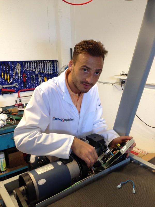 Eros Lenticchi nel laboratorio tecnico di riparazione e manutenzione di tapis roulant